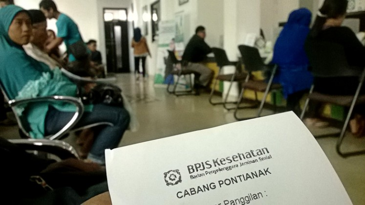 Long line – Residents of Pontianak, West Kalimantan, line up to register for a BPJS membership at the agency's Pontianak branch on Thursday. Every day, around 200-300 residents apply for the government-funded health insurance program.