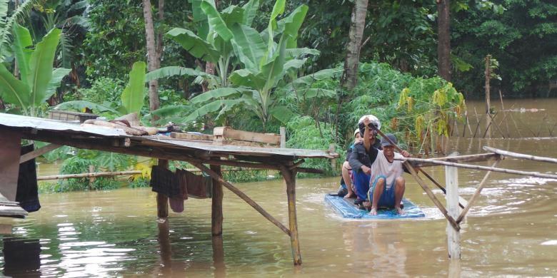 Jakarta floods force hundreds to abandon houses