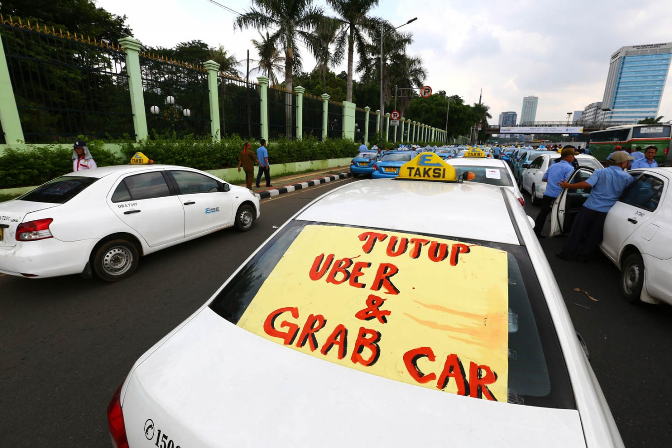 Jakarta administration threatens to revoke permits of companies whose cabbies were involved in violence