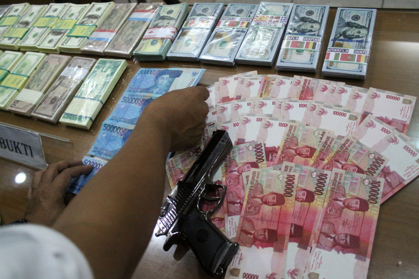 Police warn about circulation of fake cash in Jakarta, West Java