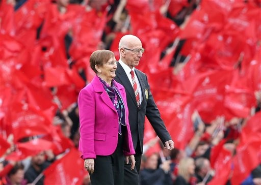 Man United beats Everton 1-0 after Bobby Charlton is honored