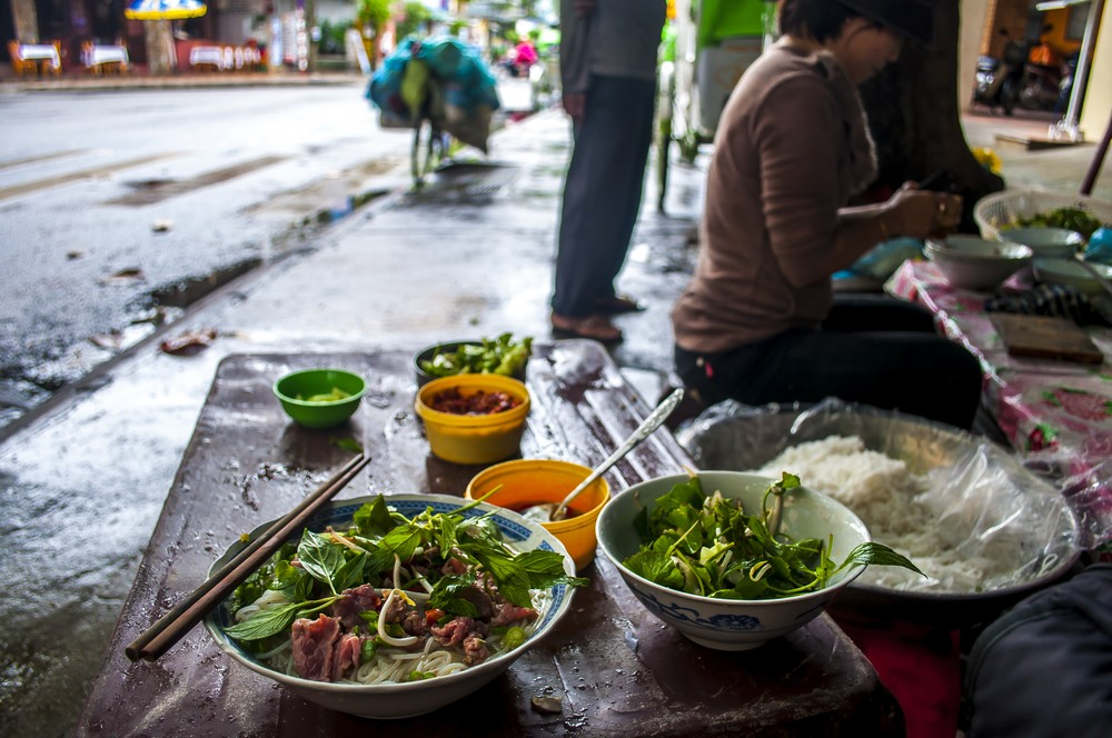 Foreigners find best street food in Vietnam via social media