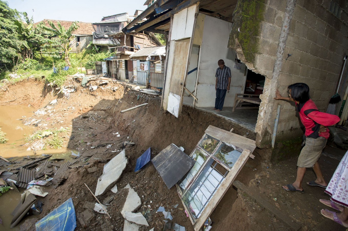 Four stalls destroyed when Depok river embankment collapses
