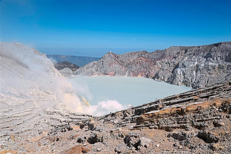 Tremor at East Java's Mount Ijen triggers isolated tsunami, killing one
