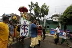 The parade of Lord Murugan passes a mosque in Kampung Jawa, Banda Aceh, during the Panguni Uthiram ritual. JP/ Hotli Simanjuntak