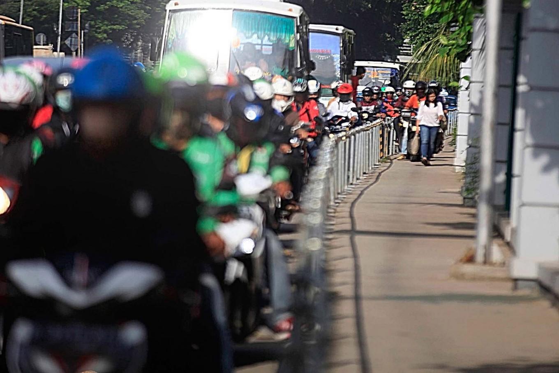 Braveheart pedestrian Alfini keeps bikers off sidewalks