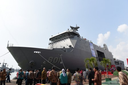 Dozens of guests observe Strategic Sealift Vessel BRP TARLAC (LD-601), at a vessel dock at Tanjung Perak Seaport in Surabaya on May 8. It was a debut export of warship by state-owned ship builder PT PAL that was ordered by the Philippine Defense Ministry. The vessel arrived in the Philippine on Friday. Image: Antara/Zabur Karuru