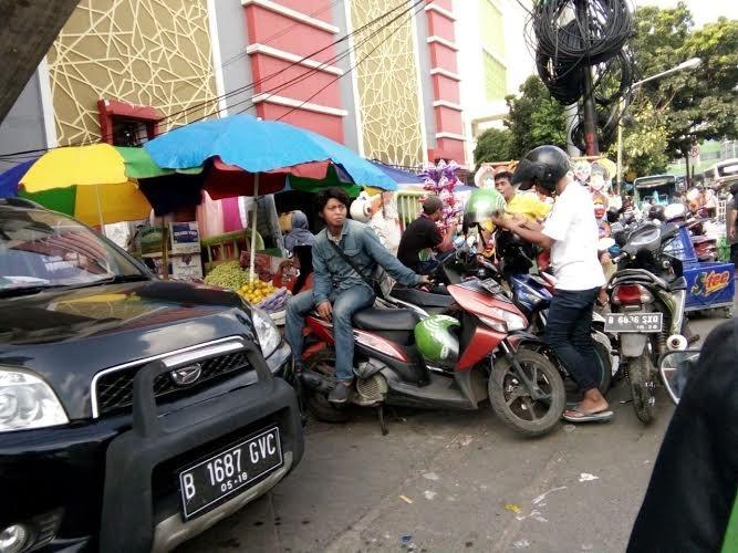 Pedestrians, motorcyclists and vendors do battle over sidewalks