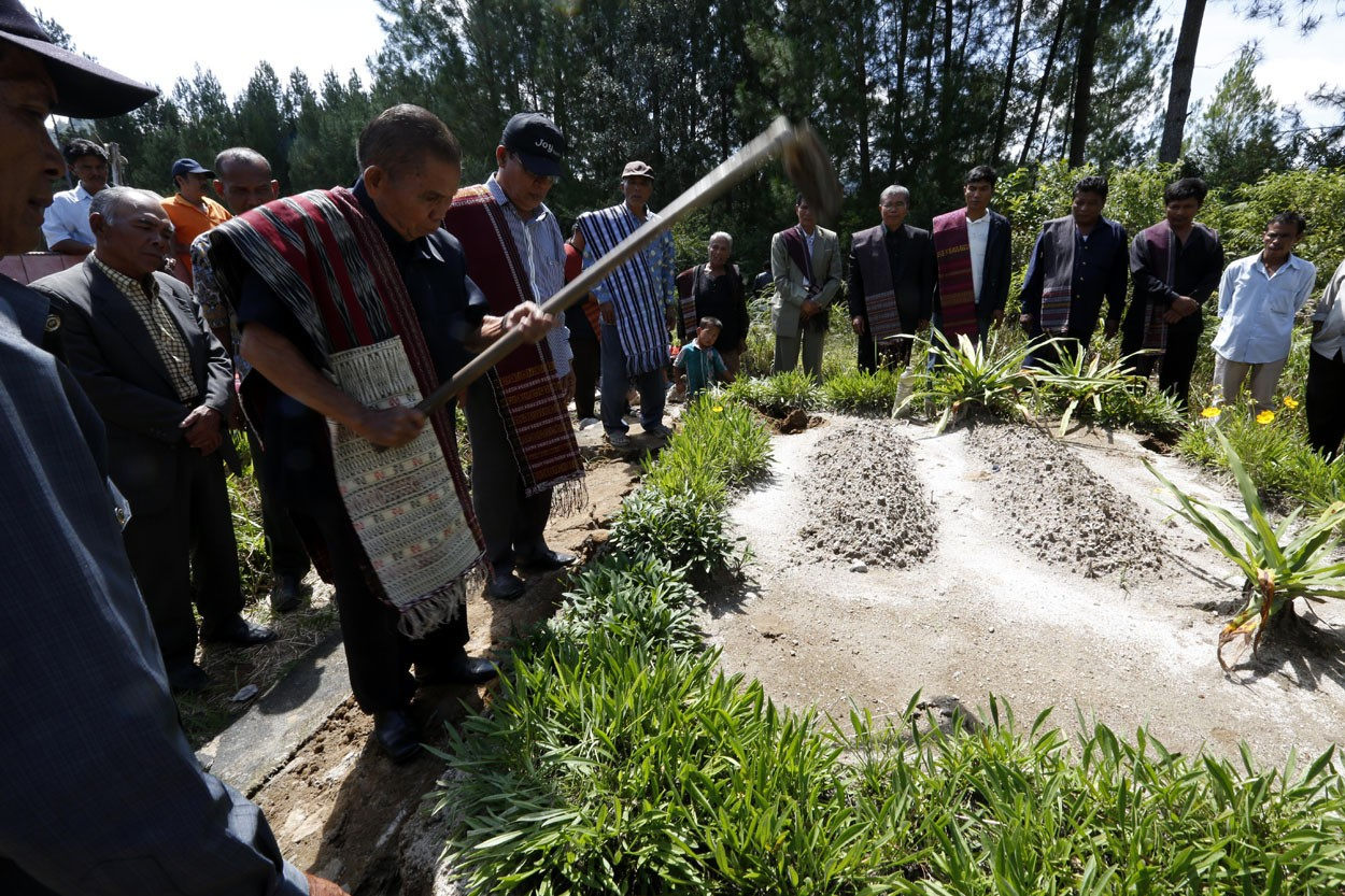 "The ""Mangokal Holi"" tradition of the Batak Toba tribe"