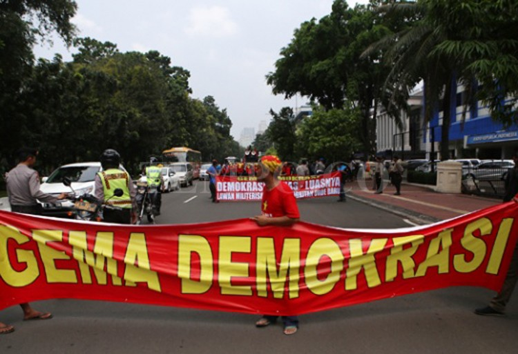 Activists take to streets to commemorate 18 years of Reform Era