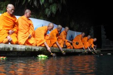 Dozens of Buddhist priests and priestesses take holy water from the Umbul Jumprit fountain in Temanggung, Central Java, on May 20. JP/Suherdjoko