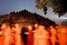 Several priests and priestesses join the Pradaksina ritual. JP/Tarko Sudiarno