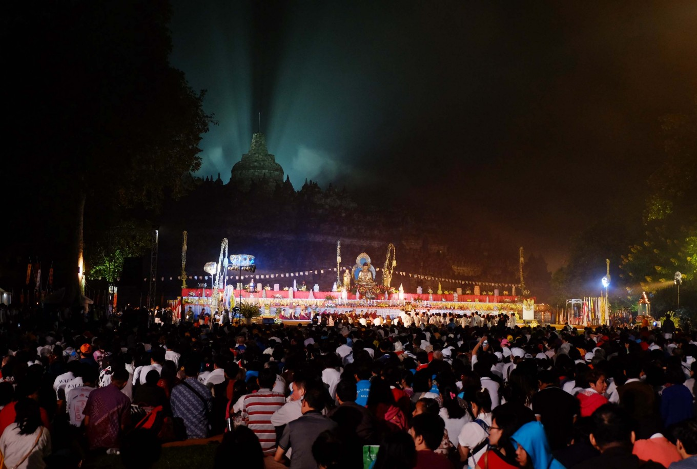 Worshipers await the countdown to Buddha's Day of Enlightenment at Borobudur Temple early on Sunday morning. JP/Tarko Sudiarno