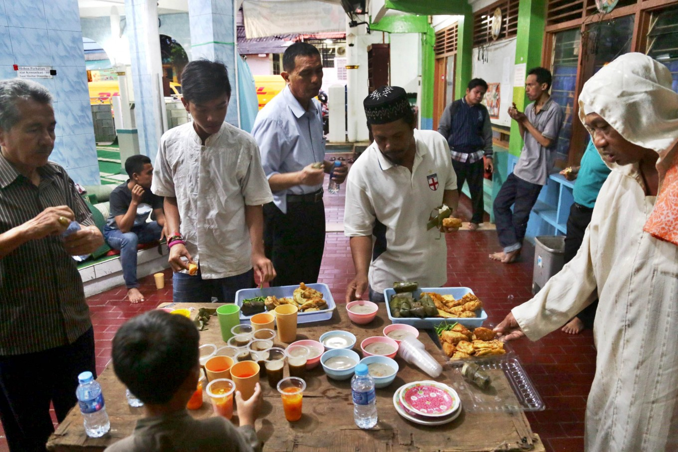 Free daily Ramadhan 'takjil' to be distributed to Transjakarta, airport passengers
