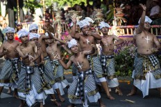 Balinese men perform a traditional dance during the parade. JP/Agung Parameswara