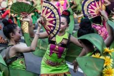 Balinese dancers perform with decorative fans. JP/Agung Parameswara