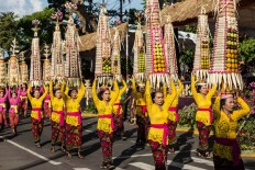 Balinese women carry a traditional offering during the cultural parade. JP/ Agung Parameswara