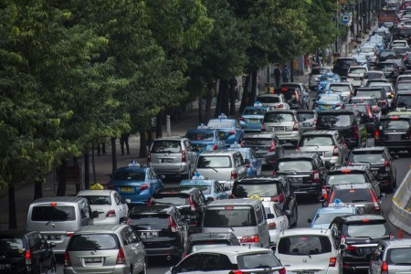 Vehicles stuck in traffic in Jl. MH Thamrin in Central Jakarta on June 20. The Jakarta administration will start implement a month-long trial of odd-even license plate policy next month before fully implement it in August in a bid to ease worsening traffic congestion.