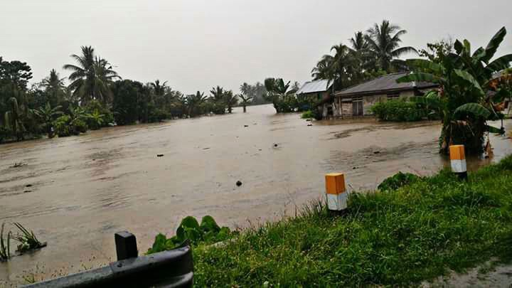 Flooding paralyzes trans-Sulawesi highway
