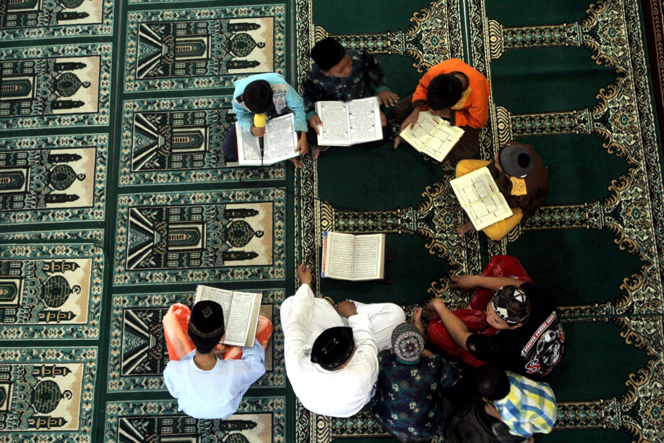 Muslims carry out 'Megibung' tradition in Bali