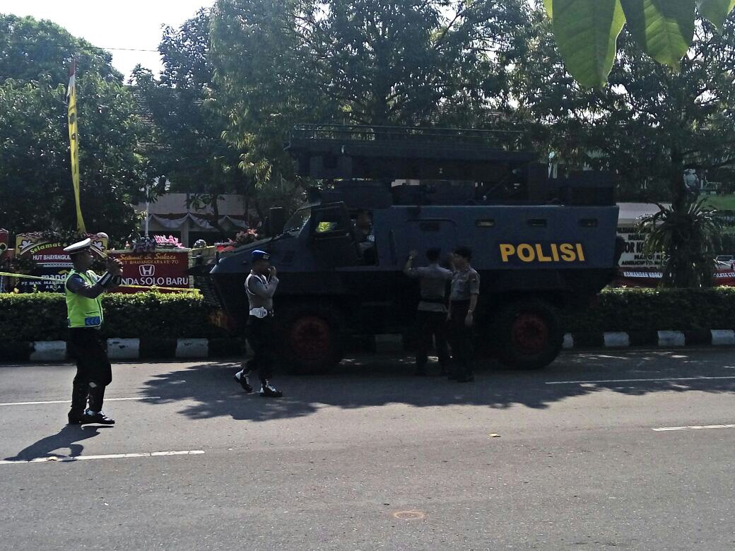 Hundreds of police deployed to guard Surakarta Police HQ in wake of bomb attack