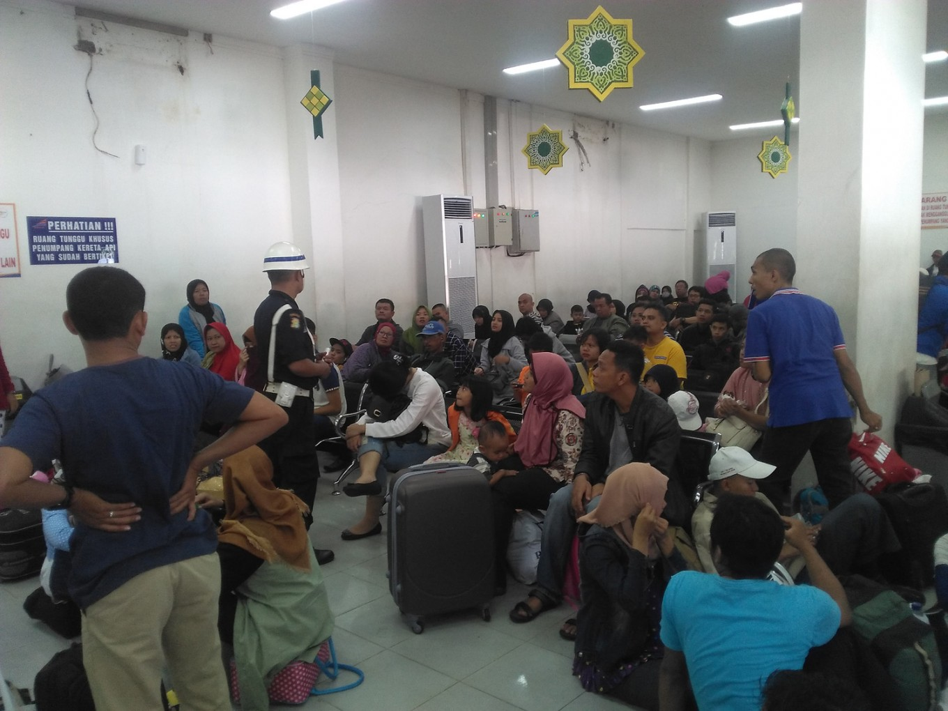 Passengers pack Pasar Senen Station ahead of Idul Fitri