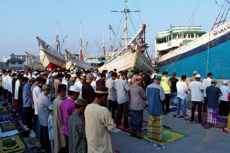 Hundreds of Muslims perform Idul Fitri prayers at Sunda Kelapa port, Jakarta, as part of Idul Fitri ceremonies on Wednesday. JP/ Ricky Yudhistira