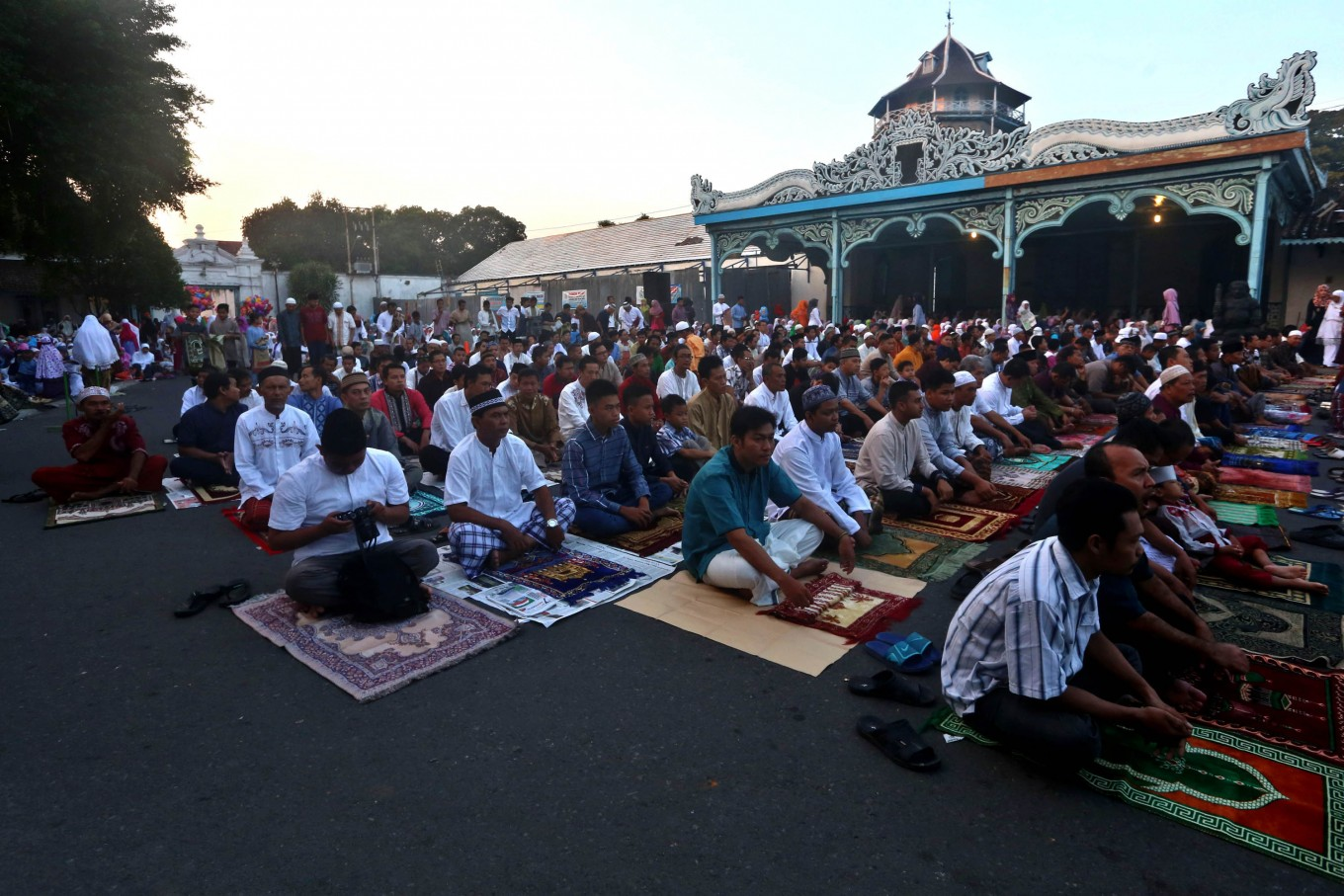 Thousands of residents participate in Idul Fitri prayers in front of the Palace of Surakarta, Central Java, on Wednesday. JP/ Ganug Nugroho Adi