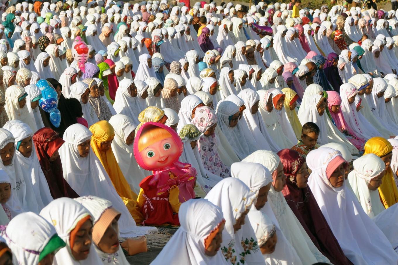 Muslim women wear mukena [head-to-toe prayer gowns] during Idul Fitri prayers in Gumuk Pasir, Parangkusumo, Yogyakarta on Wednesday. JP/ Albertus Magnus Kus Hendratmo