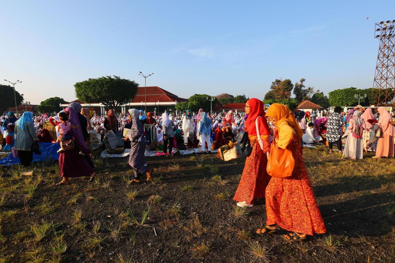 Thousands of Yogyakarta Muslims perform Idul Fitri prayers at Alun Alun Utara [North square], Yogyakarta, on Wednesday. JP/ Wienda Parwitasari