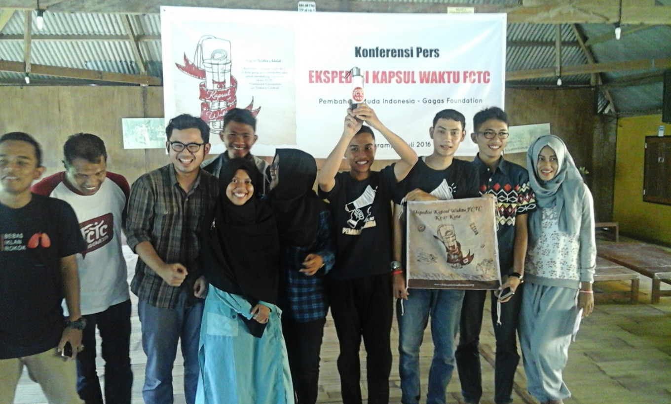 Young campaigners collect antitobacco letters for Jokowi
