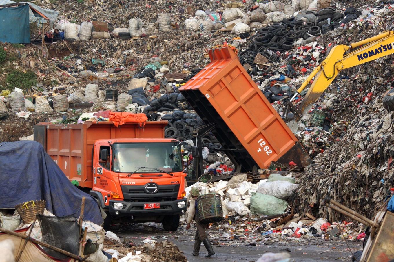 Bekasi displays photos of polluters