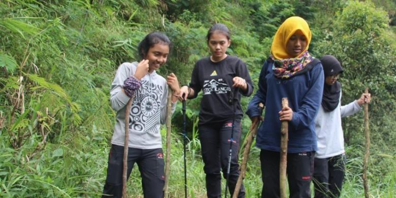 Female UGM students hoist Merah Putih on Indian mountain summit