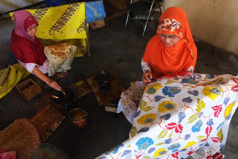 Two artisans work on batik motifs. JP/Ganug Nugroho Adi