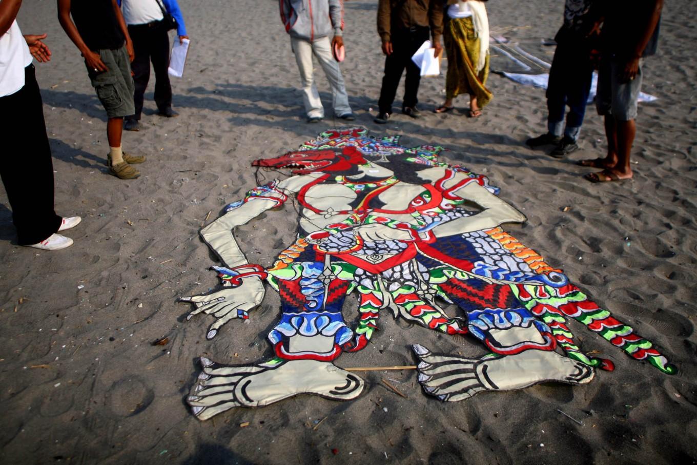Judges assess the shapes and patterns of two dimensional kites at the 2016 National Kite Festival held on Parangkusumo Beach in Bantul, Yogyakarta, on Aug. 27. JP/ Aditya Sagita