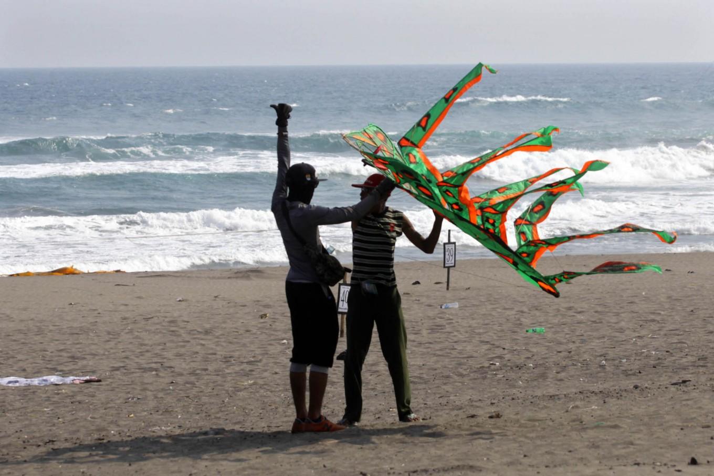 Two men try to fly the two dimensional kite at the 2016 National Kite Festival on Parangkusumo Beach in Bantul, Yogyakarta. JP/ Aditya Sagita