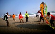 Participants work together to fly a kite at the 2016 National Kite Festival on Parangkusumo Beach in Bantul, Yogyakarta. JP/ Aditya Sagita