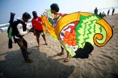 Participants of the festival arrange the strings before flying a two dimensional kite at the 2016 National Kite Festival on Parangkusumo Beach in Bantul, Yogyakarta. JP/ Aditya Sagita