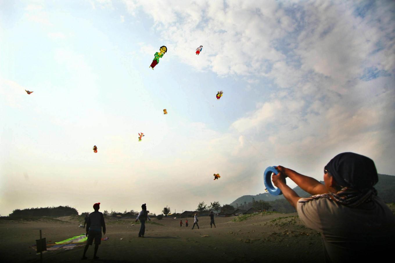 Participants try to maintain control of their kites at the 2016 National Kite Festival on Parangkusumo Beach in Bantul, Yogyakarta. JP/ Aditya Sagita