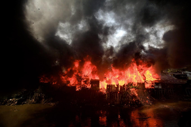 Fire burns houses in West Jakarta