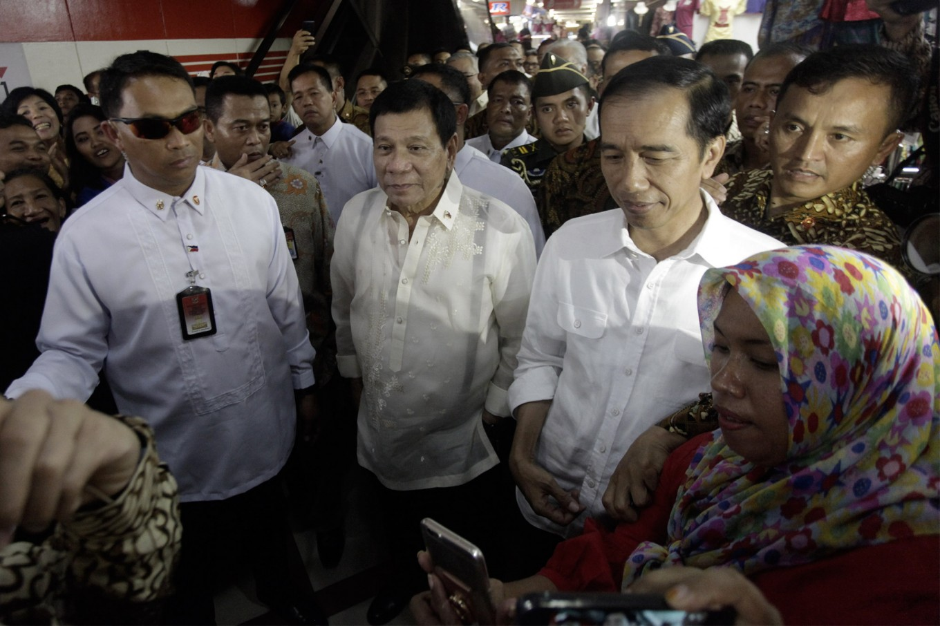 Jokowi welcomes Duterte with 'blusukan' at textile market
