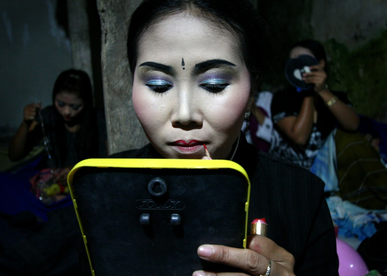 The dancers put on their makeup. JP/ Aman Rochman