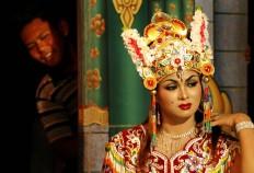 A fan steals a glance at his favorite dancer. JP/ Aman Rochman
