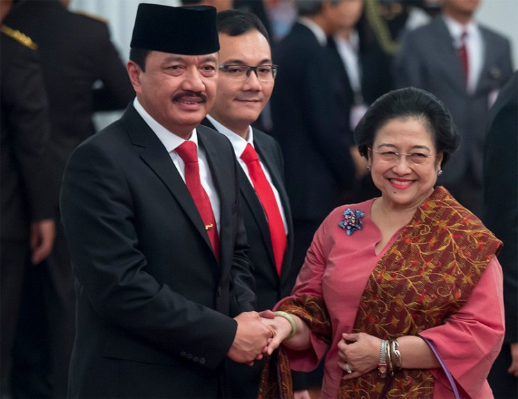 Former president Megawati Soekarnoputri (right) congratulates newly appointed National Intelligence Agency (BIN) chief Gen. Budi Gunawan (left) after an inauguration ceremony at the State Palace on Sept. 9, 2016.
