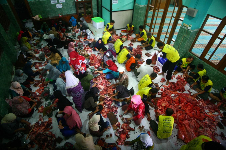 Idul Adha committee members slice and weigh the qurban meat during Idul Adha celebrations at Jogokariyan Mosque in Yogyakarta on Sept. 12. JP/Aditya Sagita