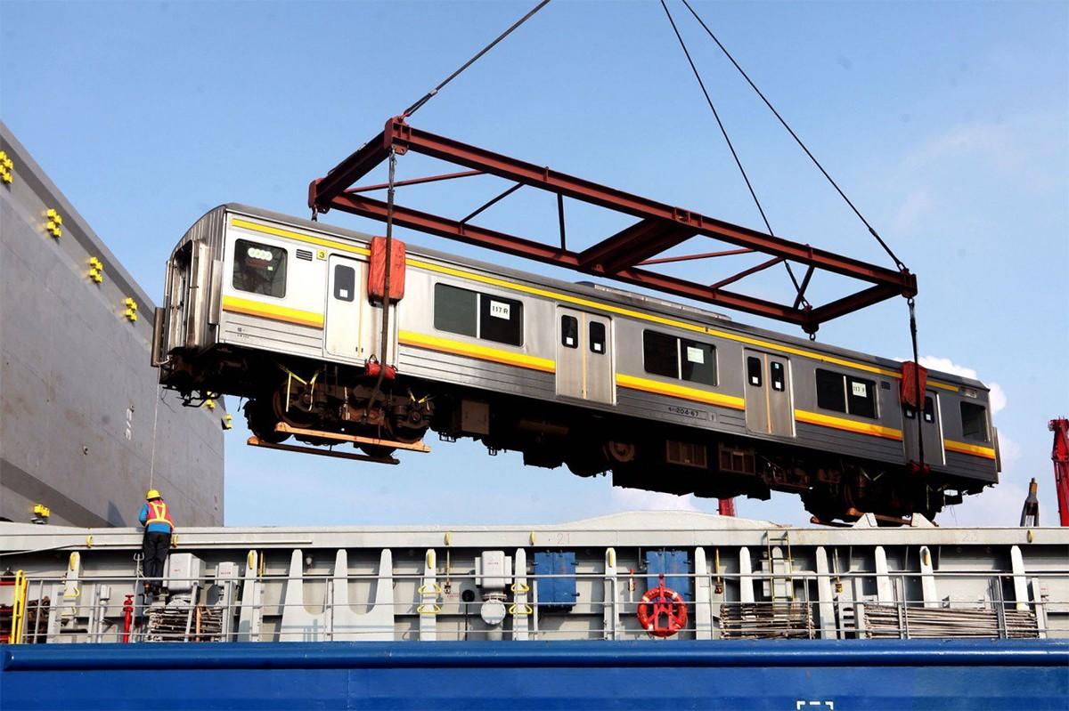 Electric commuter train or commuter rail tourism essay