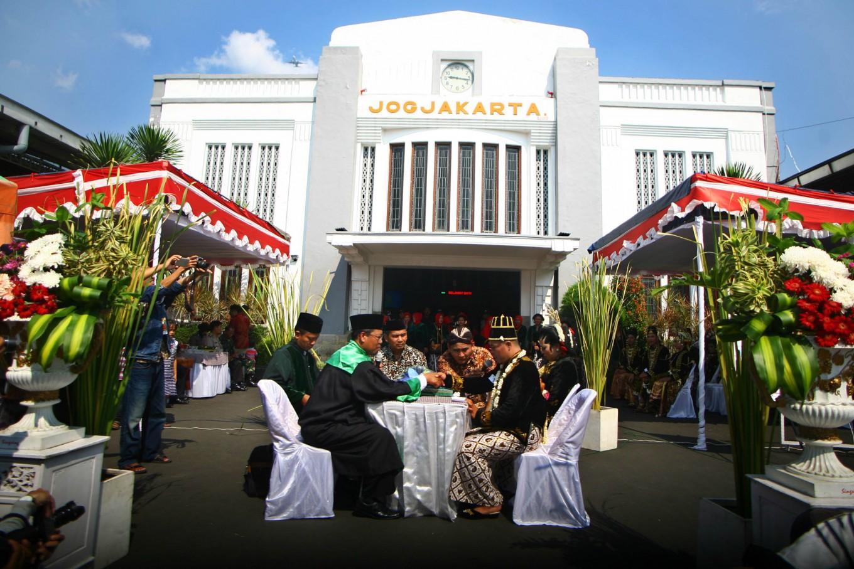 A groom recites his wedding vows at a mass wedding in front of Tugu Station in Yogyakarta on Sept. 6.JP/ Aditya Sagita