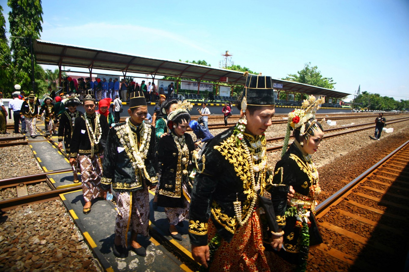 Couples arrive at Maguwo station to be paraded toward Tugu Station on the Prambanan express train after their wedding vows on Sept. 6. JP/ Aditya Sagita