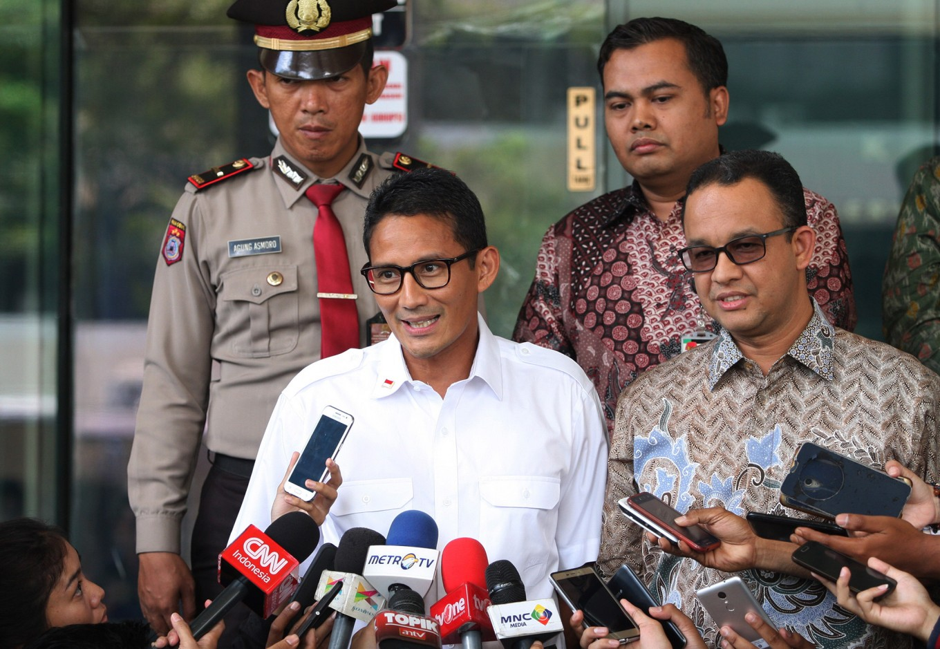 Anies, Sandiaga promise more city cleaners