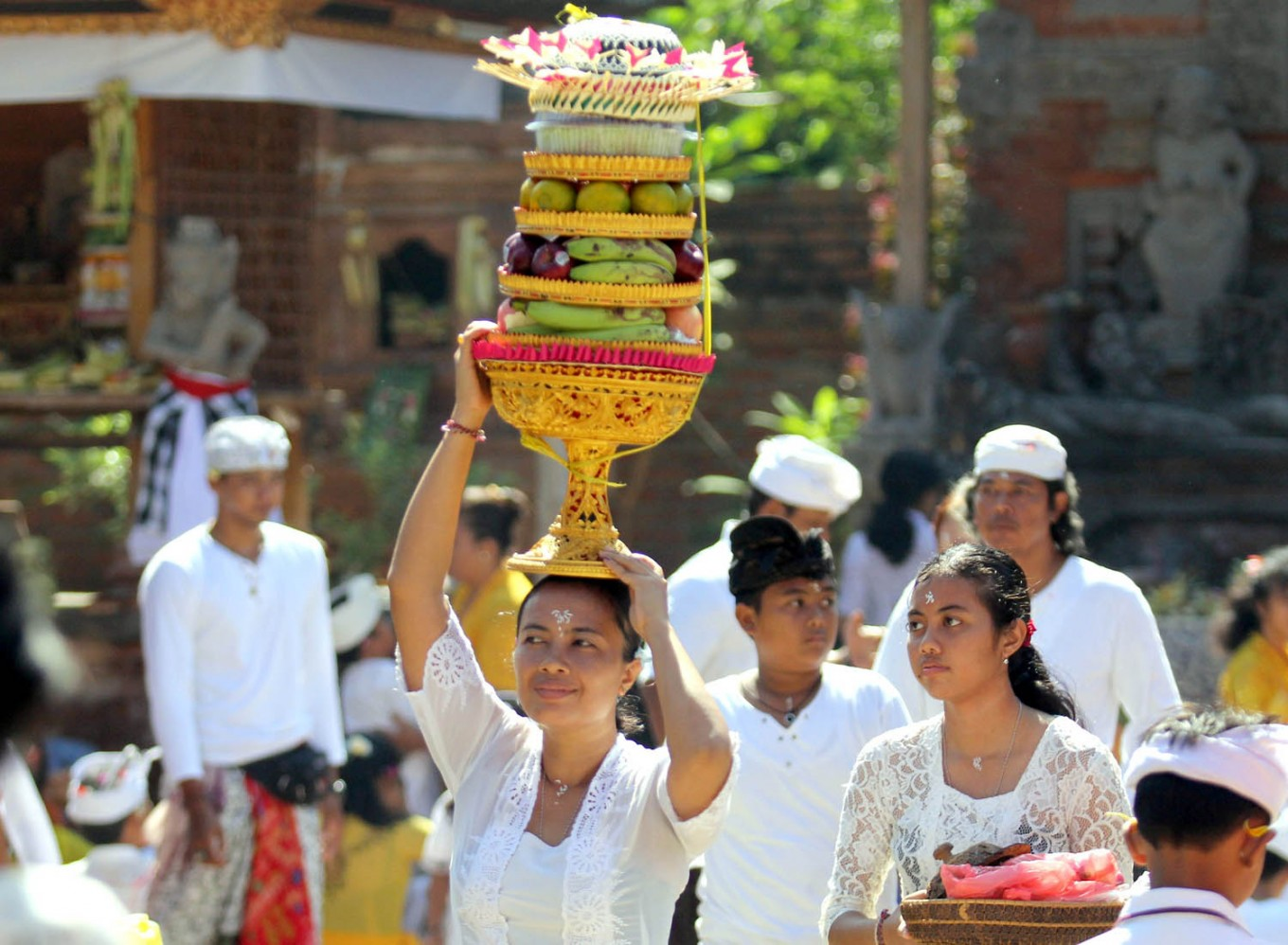 Several Balinese women carry offerings to the Pura Jagatnatha Temple as part of the Galungan Festival in Denpasar, Bali, on Sept. 7. The Galungan Festival is celebrated by Hindus as a victory of good (Dharma) over evil (Adharma). JP/Zul Trio Anggono
